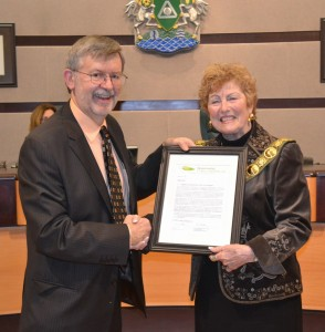 """Kim Stephens (Partnership Executive Director) presents """"letter of recognition"""" to Mayor Lois Jackson"""